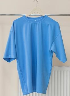 Camiseta azul no cabide pronta para seus próprios gráficos
