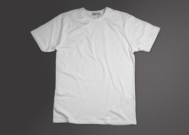 Camiseta branca aberta isolada