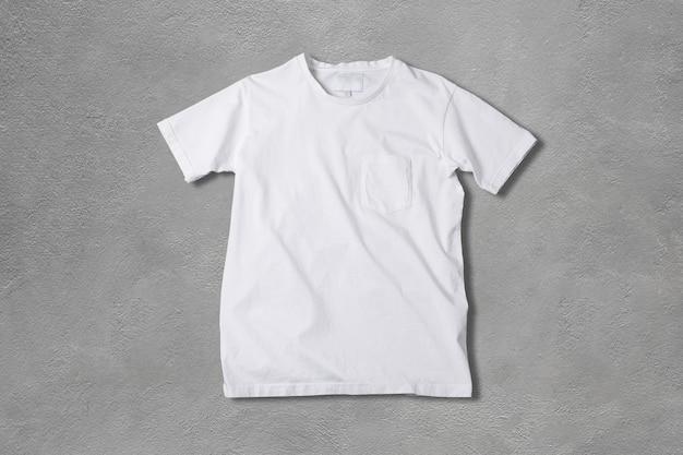 Camiseta branca básica em concreto cinza