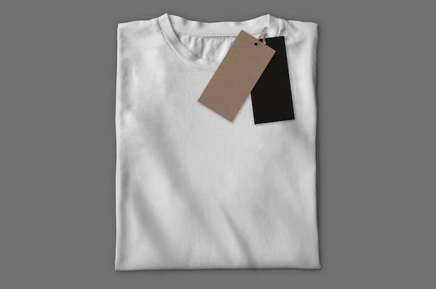 Camiseta branca com etiquetas