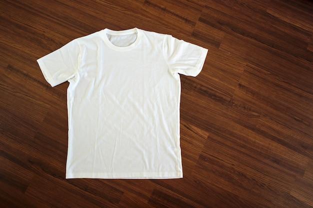 Camiseta branca com fundo de madeira