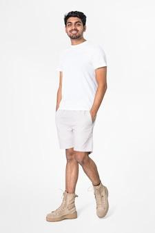 Camiseta branca e shorts masculinos de corpo inteiro