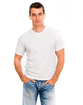 Camiseta branca em um jovem