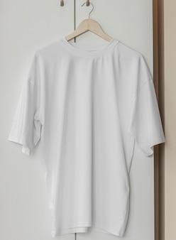 Camiseta branca no cabide pronta para seus próprios gráficos