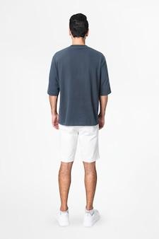Camiseta cinza e shorts masculinos com vista traseira