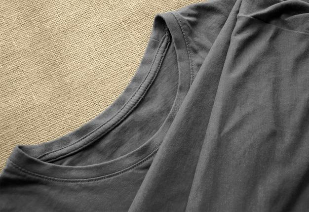 Camiseta cinza na superfície de tecido