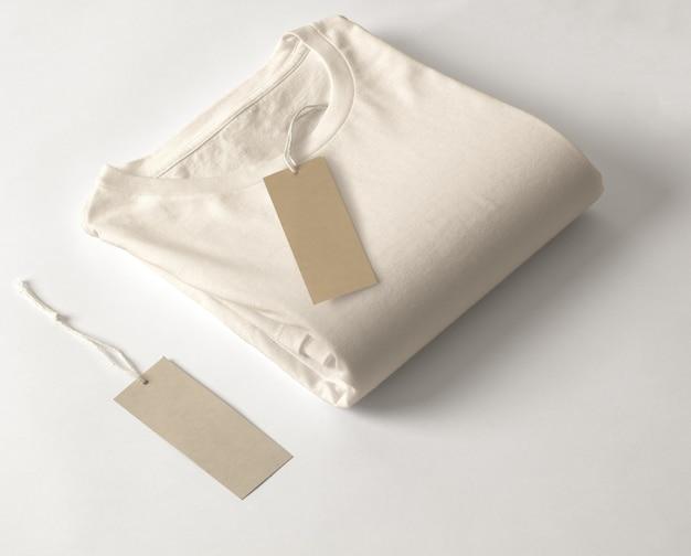 Camiseta com etiqueta isolada no fundo branco.