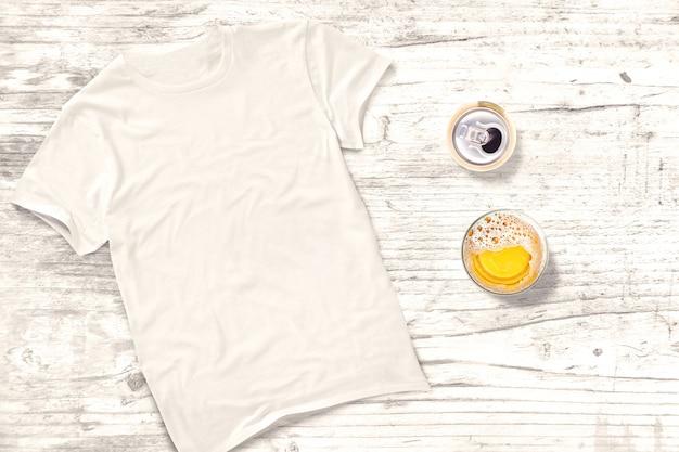 Camiseta em branco com bebidas