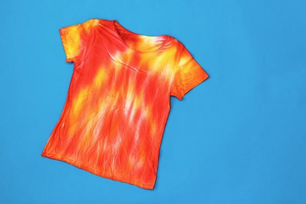 Camiseta em vermelho e amarelo no estilo tie dye em azul escuro