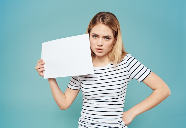 Camiseta loira feminina listrada azul mock up