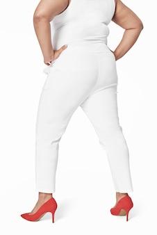 Camiseta plus size branca e calças voltadas para trás