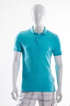 Camiseta polo azul no manequim. manequim masculino em camiseta justa. camiseta masculina de cor brilhante. peça de verão simples para homem.