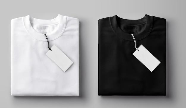 Camiseta preta e branca dobrada com etiqueta.