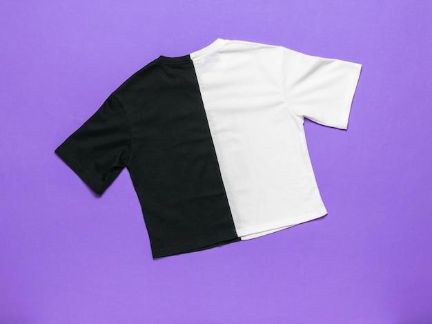 Camiseta preta e branca elegante em uma superfície roxa