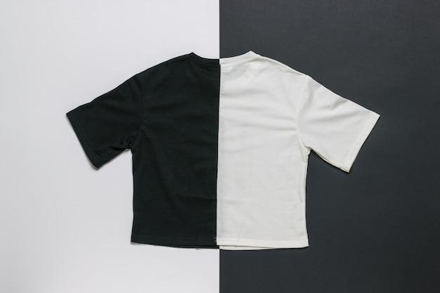 Camiseta preta e branca em uma superfície preta e branca