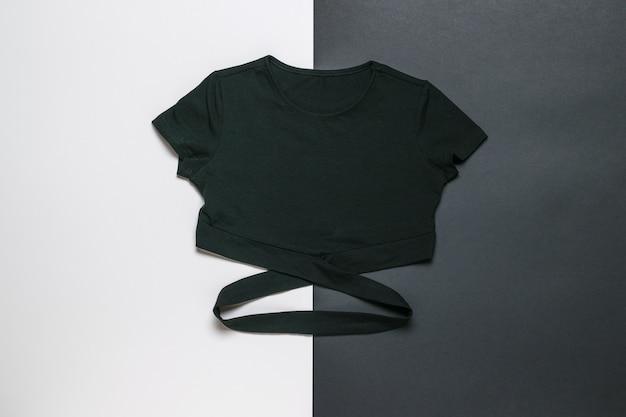 Camiseta preta elegante em uma superfície preta e branca