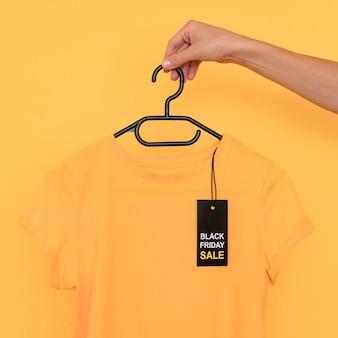 Camiseta preta em liquidação na sexta-feira no cabide
