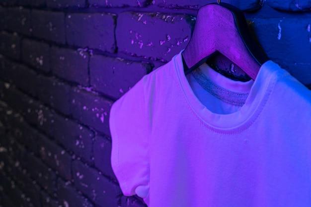 Camiseta unissex de cor branca com luz neon