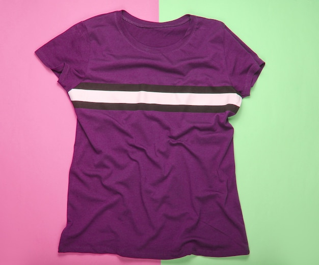 Camiseta verde com fundo de cor pastel