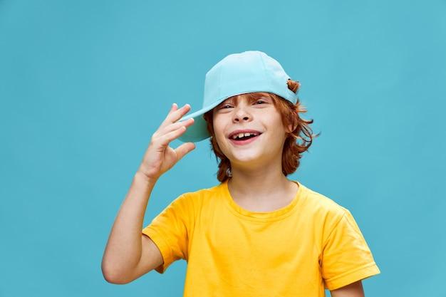 Camiseta vermelha menino boné azul amarelo isolado