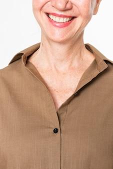Camisetas marrons superdimensionadas femininas com espaço de design