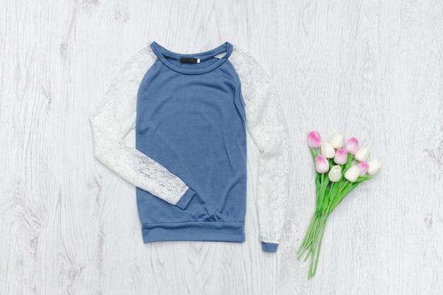 Camisola azul e branca, buquê de tulipas. conceito elegante