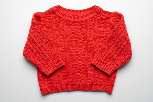 Camisola de malha crianças vermelha isolada. vista frontal