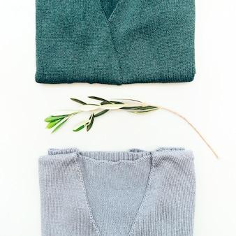 Camisola de malha encontra-se em cima da mesa. casaco de lã feminino. jaqueta artesanal coisas de inverno para mulheres. vista de cima.