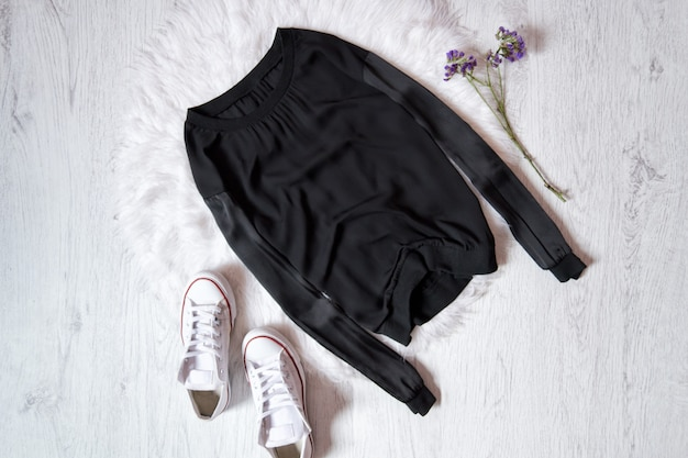 Camisola preta e tênis branco em pêlo branco