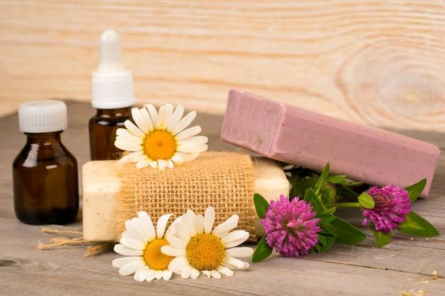 Camomila e trevo sabonete artesanal e óleo essencial