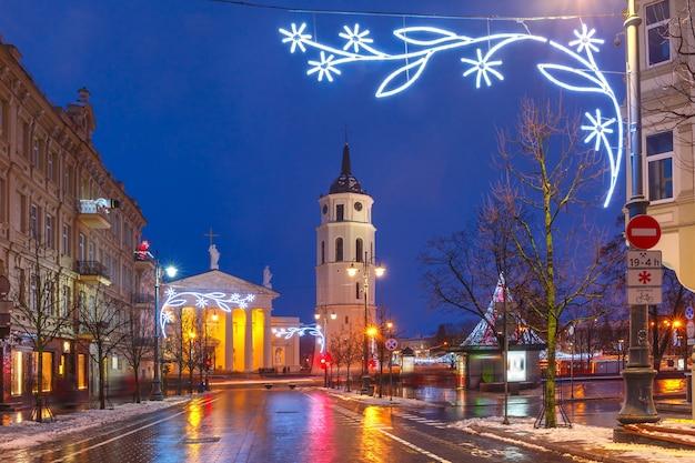Campanário da catedral com luzes de natal à noite