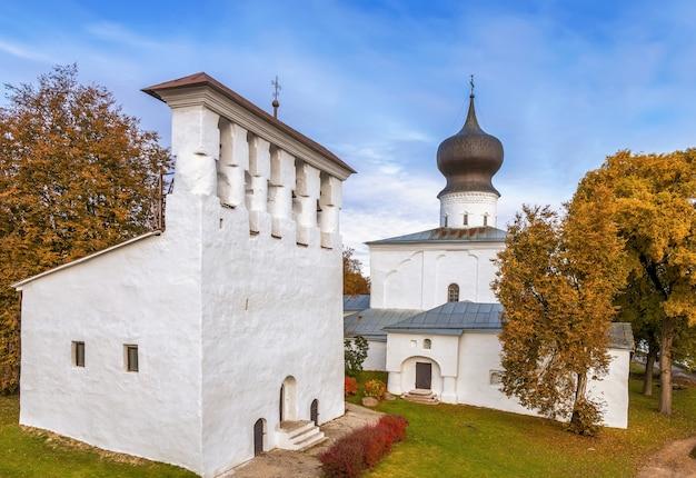 Campanário de fivespan perto da igreja da assunção de paromenya