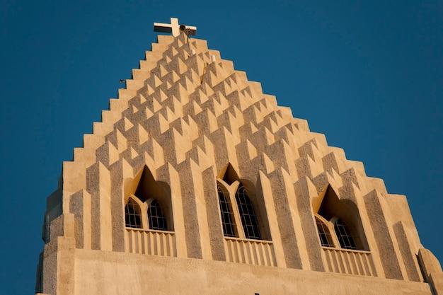 Campanário de igreja cristã futurista concreto