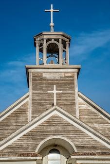 Campanário, torre sineira e cruzes da igreja católica st. joseph em courval, saskatchewan