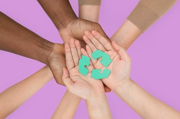 Campanha de reciclagem de mãos em forma de xícara para salvar o meio ambiente