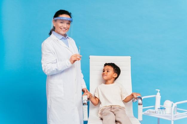 Campanha de vacinação de covid-19 (coronavírus) em uma clínica