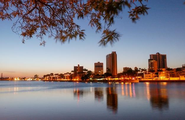 Campina grande paraíba brasil crepúsculo no antigo açude