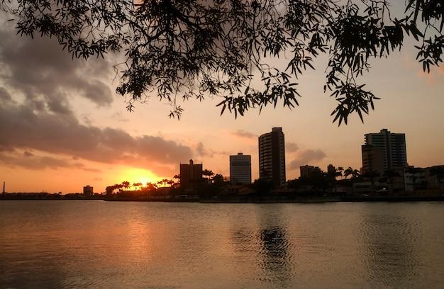 Campina grande, paraíba, brasil visão noturna da cidade mostrando edifícios modernos