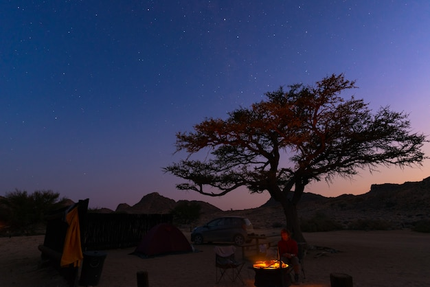 Camping local com céu estrelado por noite