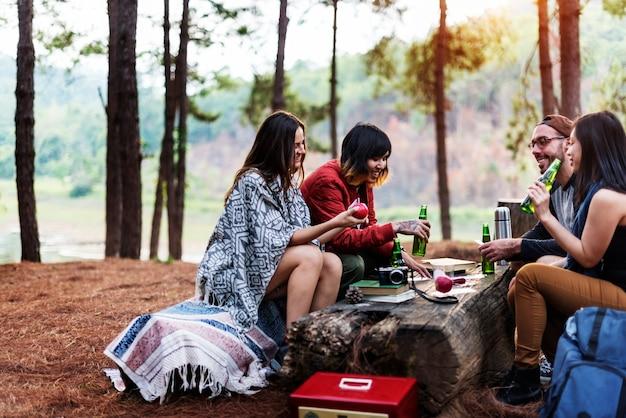 Campistas relaxantes no acampamento