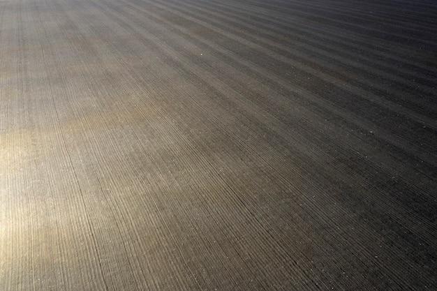 Campo agrícola arado e cultivado preparado para a sementeira. vista aérea.