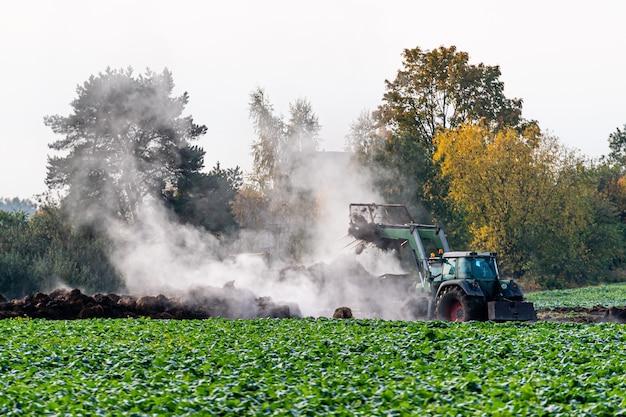 Campo agrícola arado e solo fértil que é fertilizado com fertilizantes naturais