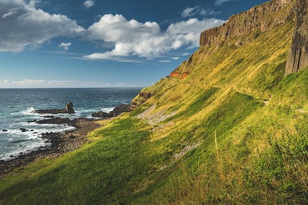 Campo agrícola no litoral da irlanda do norte
