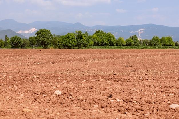 Campo arado preparado para colheitas