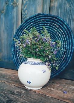 Campo azul flores em vaso