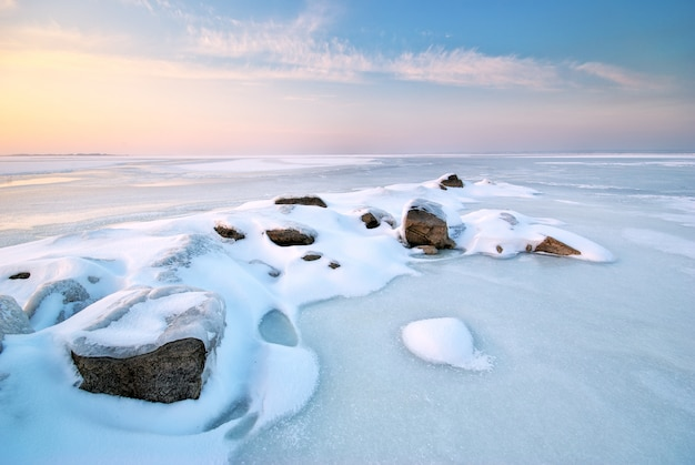 Campo coberto de neve e paisagem de gelo