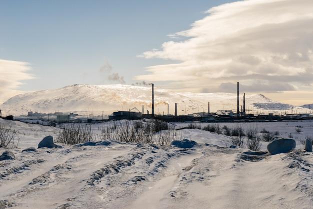 Campo coberto de neve no inverno com belas montanhas ao fundo