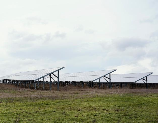Campo com muitos painéis solares