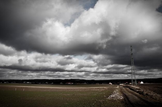 Campo com nuvens de tempestade