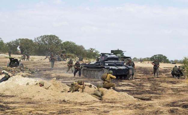 Campo de batalha. reconstrução da batalha da segunda guerra mundial. batalha por sebastopol. reconstrução da batalha com explosões